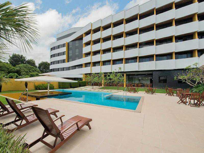Hotel com Café da Manhã, dispõe de Piscina Externa e Wi-Fi. Ideal para Negócios ou Lazer.
