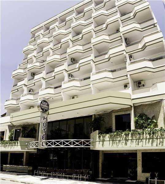 Visão geral do prédio do hotel. Vista de frente para a entrada. Rua 1919, n. 44, CEP 88330-822, Centro, Balneário Camboriú, SC.